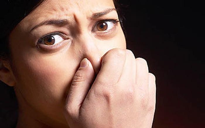 Khí hư ra nhiều có mùi hôi tanh khắm như trứng thối
