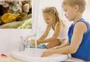 cách chữa nổi mề đay ở trẻ em an toàn rửa sạch tay
